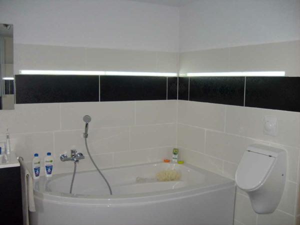 eckbadewanne-einbauen-weiße-farbe - eine dusche