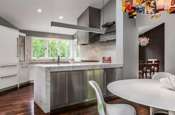 edelstahl-küche-esstisch-küchenbar - esstisch in weiß daneben