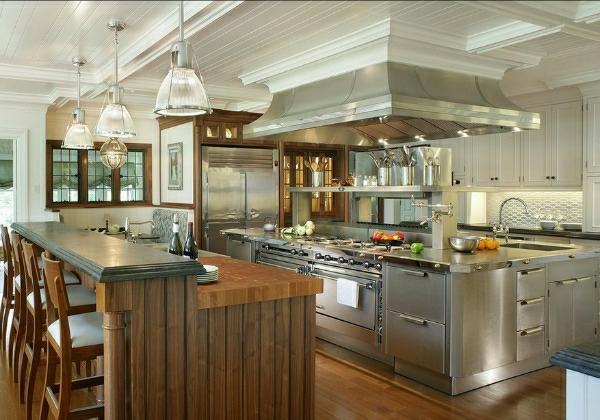 edelstahl-küche-kücheninsel-holz-pendelleuchte - barhocker aus holz
