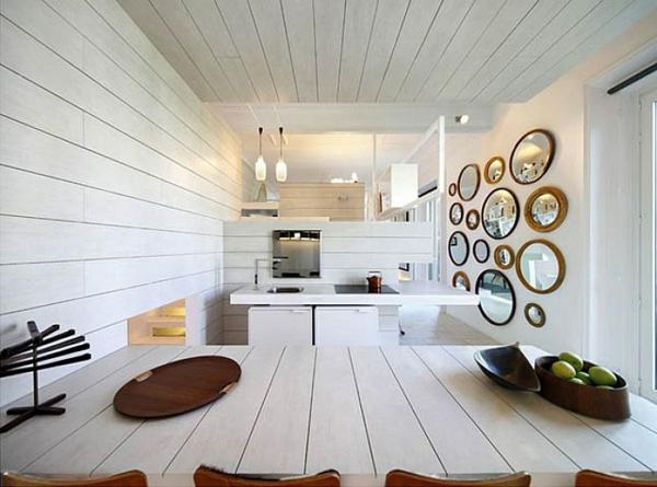 esszimmer-mit-dekorativen-runden-spiegeln