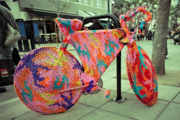 fahrrad-deko-aus-stricken - auf die straße stellen