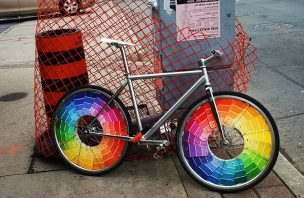 fahrrad-deko-bunte-räder- auf der straße