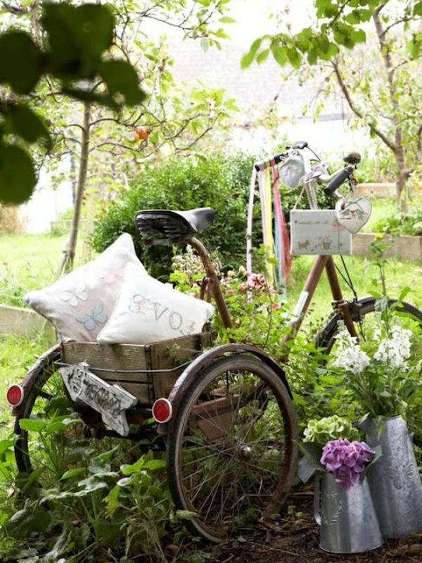 fahrrad-deko-mit-drei-rädern-und-dekokissen - grüne pflanzen