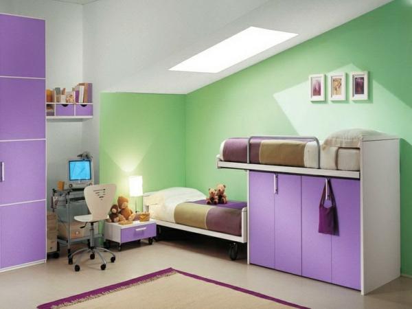 farbkombinationen-wohnen-kindezimmer-lila-und-grün - bett mit teddybär