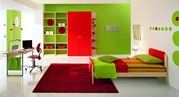 farbpalette-wandfarbe-grün-und-roter teppich und regalsystem
