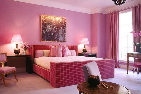 feng-shui-farben-fürs-schlafzimmer-zwei lampen neben dem bett und gemälde na der wand