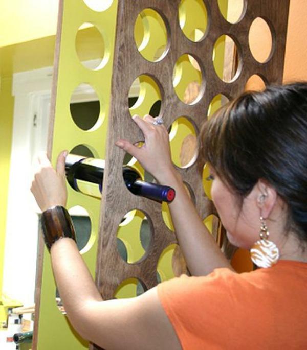 flaschenregal-selber-bauen-sehr-modern-junge frau nimmt eine flasche von wein