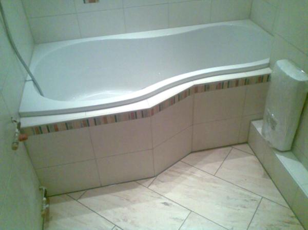 Uberlegen Fliesengestaltung Bad Mit Einer Hellen Badewanne Kleines Bad Ausstatten  Badewanne Einfliesen U2013 Genießen Sie Die Schönen