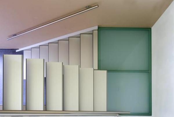 freitragende-halbgewendelte-treppen - kreative farbkombination