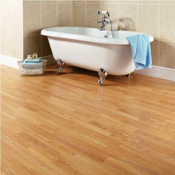 fußboden-laminat-im-badezimmer - badewannde