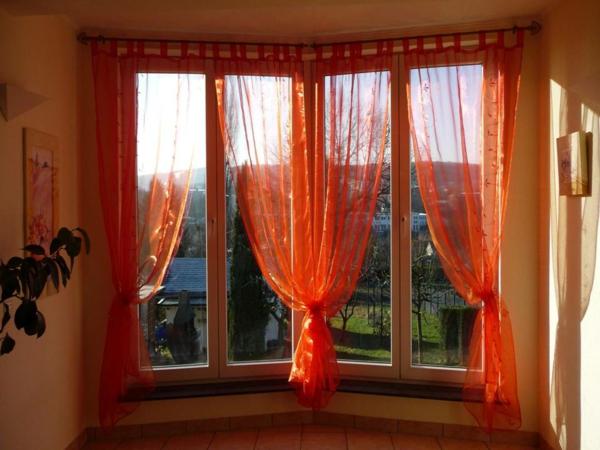 gardinen-dekorationsvorschläge-rote-farbe - fenster groß