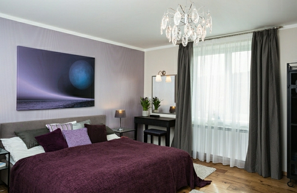 gardinen-vorhänge-gemälde-schlafzimmerwand-lila-bettwäsche