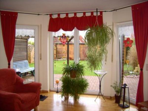 gardinendekoration-beispiele-rot-und-weiß - pflanzen in grün