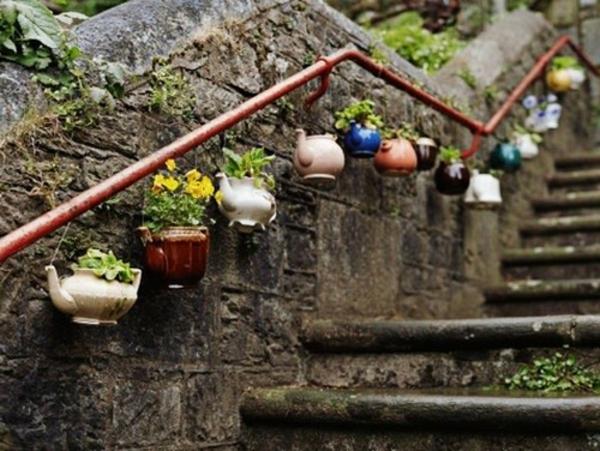 gartendeko-basteln-blumentöpfe-neben-die-treppen-aufhängen - interessantes beispiel
