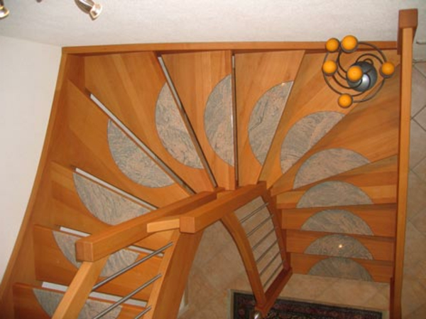 gewendelte-treppen-foto-von-oben-genommen - schöne deko