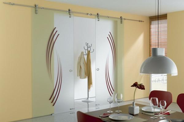 glasschiebetüren-mit-dekoration- im modernen esszimmer