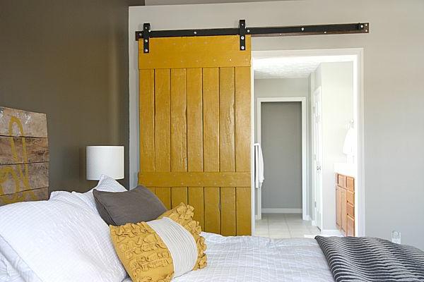 gleittüren-selber-bauen- aus-holz-fürs-schlafzimmer- bett mit dekokissen