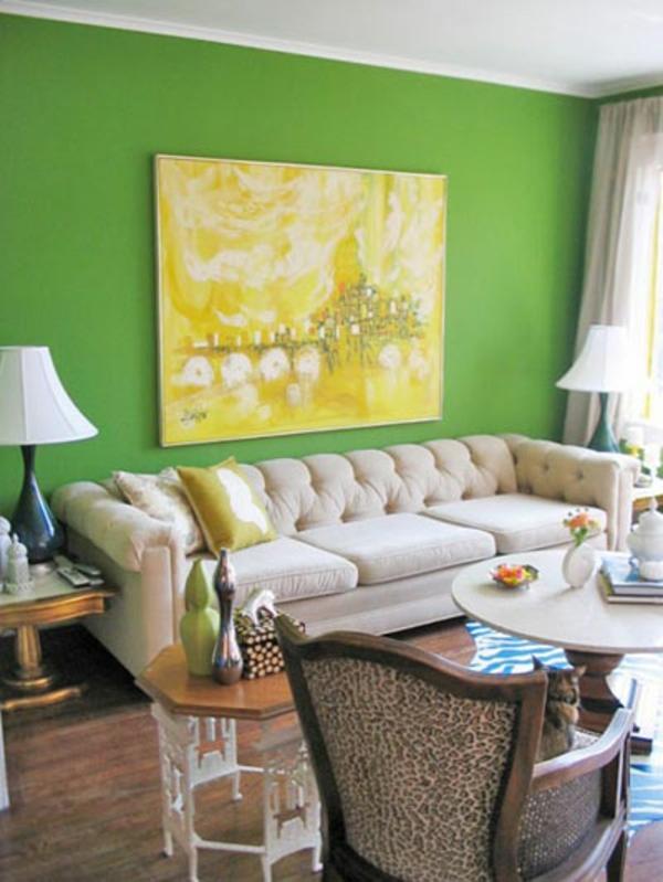 grüne-wandfarbe-im-wohnzimmer-mit-einem-großen-gelben-bild - schöne möbel