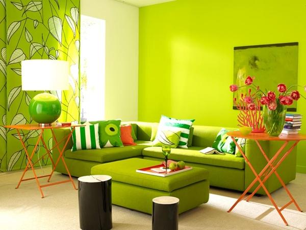 grüntöne-wandfarbe-sofa-mit-dekokissen - schöne dekoartikel