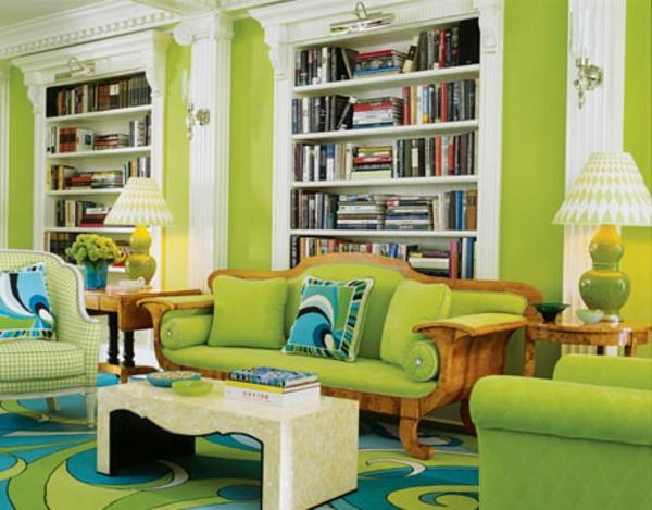 grüntöne-wandfarbe-wohnzimmer-regale - grünes sofa und viele bücher