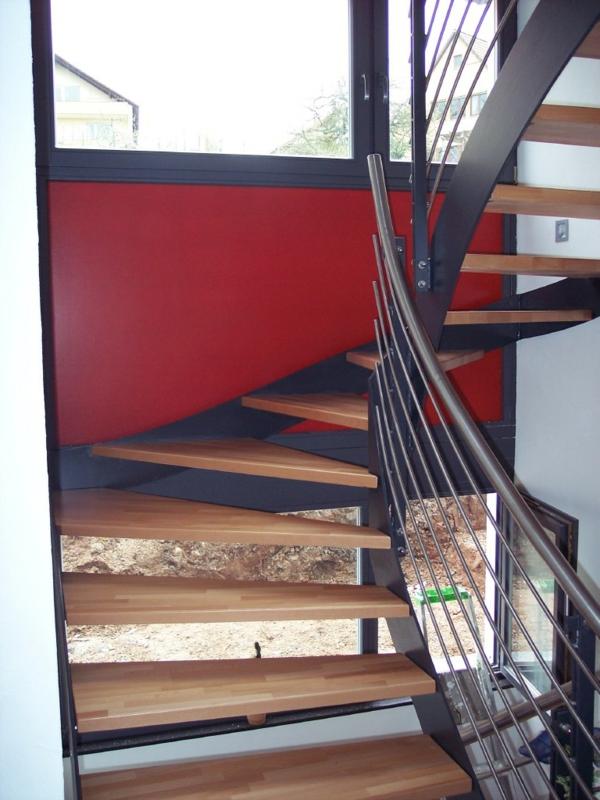 halbgewendelte-treppe-bauen - rote wandgestaltung