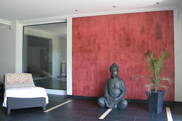 hausfarben-akzentwand-in-rot - schön