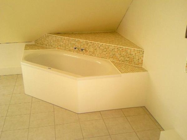 helle-farben-badewanne-einfliesen - dachwohnung