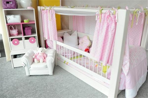 himmelbett-für-kinder-rosige-vorhänge - sessel in weiß
