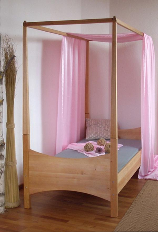 himmelbett-kinderzimmer-rosige-vorhänge - schlichte gestaltung