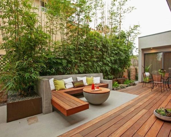 holzboden-balkon-moderne-gestaltung - sofa mit vielen dekokissen