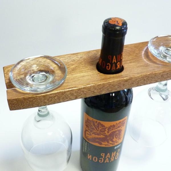 holzdeko-weinflasche-holzbrett-zwei-gläser - praktisch und wunderschön wirkend