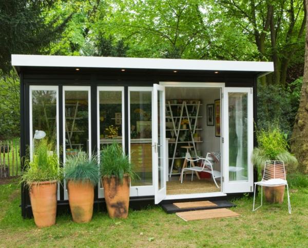 kleine gartenhäuser gestalten - viele dekopflanzen - glaswände