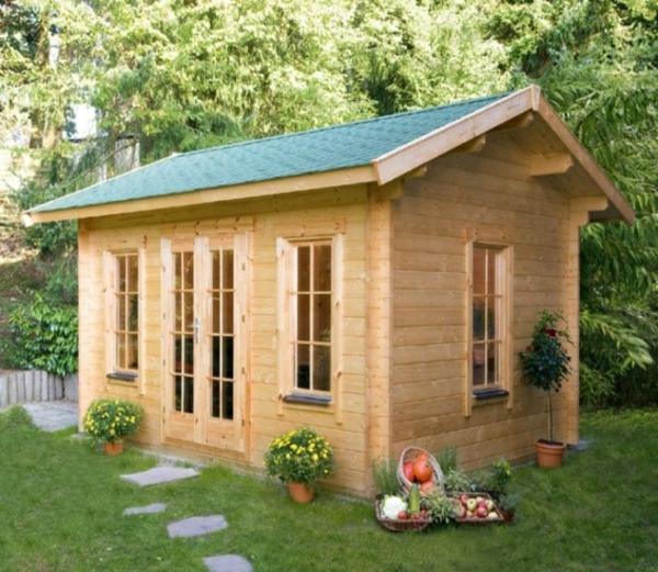 holzhütte-bauen-sehr-schön-aus-holz - klassisches dach