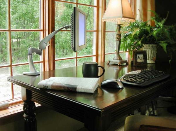 ikea-arbeitszimmer-modern- interessanter monitor und eine gläserne wand