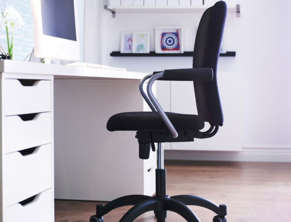 ikea-büromöbel-schwrazer-stuhl- weiße orchideen neben dem monitor