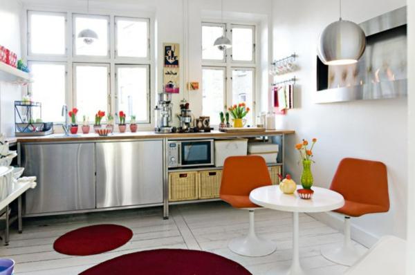 ikea-edelstahl-küche-rote-teppiche - zwei stühle