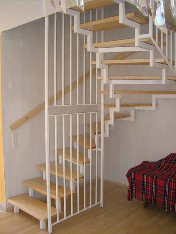 interessantes-treppendesign-halbgewendelt - weiße gelände