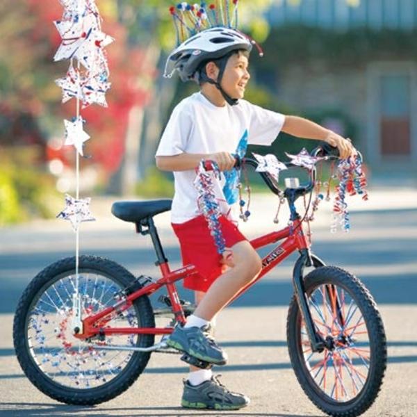 junge-fahrrad-deko-rote farbe