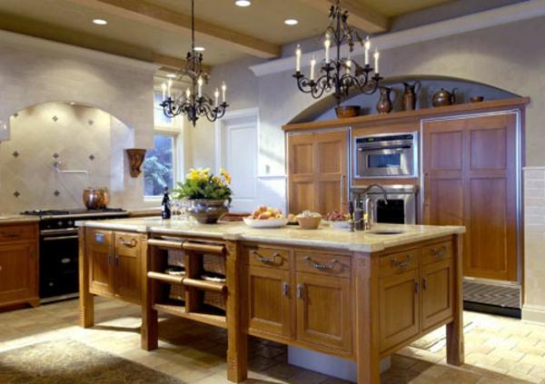 küche-mit-insel-aus-holz-mit-luxus-kronleuchtern