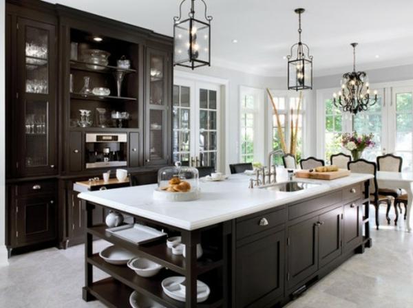 küche-mit-insel-aus-holz-und-marmor
