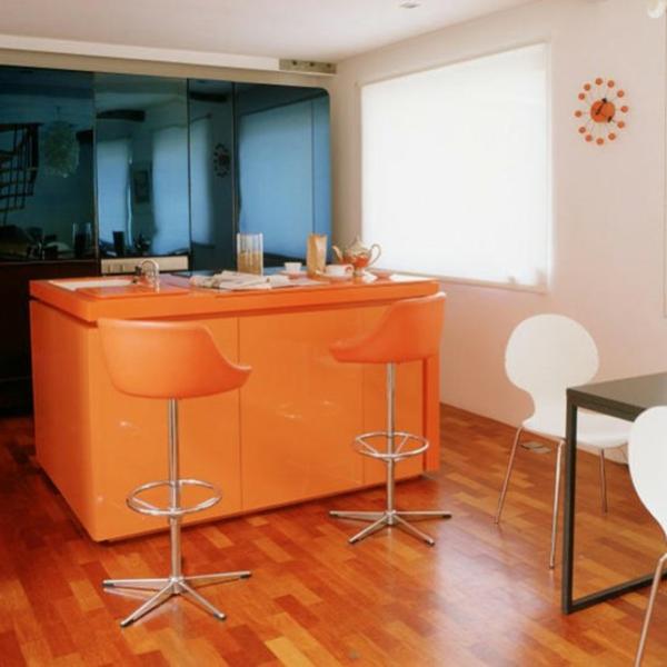 küche-mit-insel-in-orange