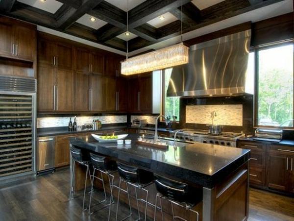 küche-mit-insel-in-schwarzer-marmor