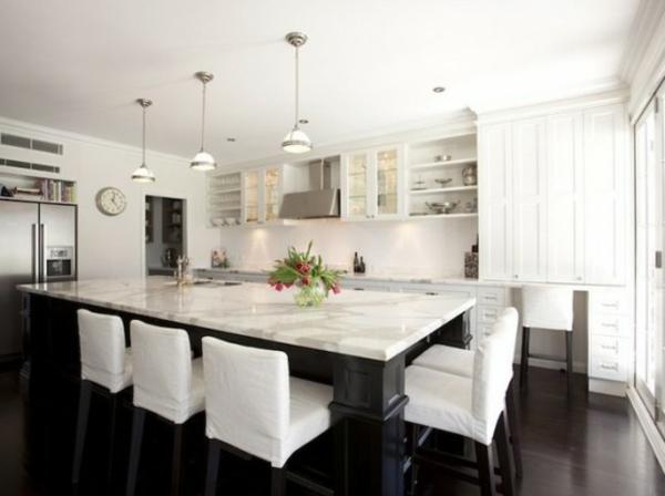 küche-mit-insel-in-weiß-luxus