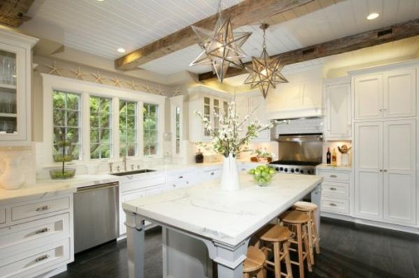küche-mit-insel-in-weiß-mit-sternlampendekoration
