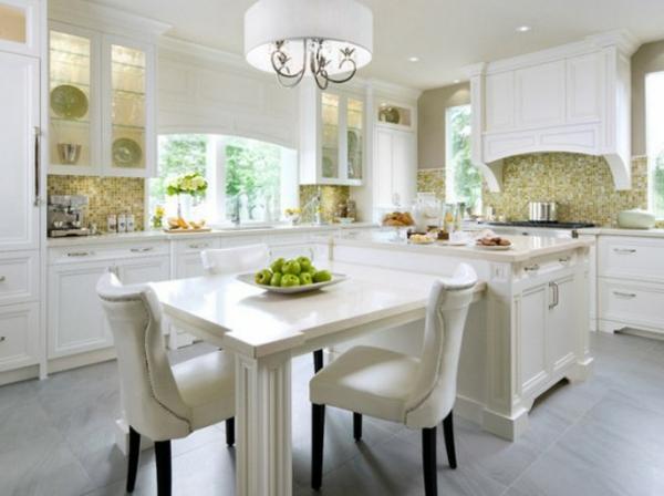 küche-mit-insel-in-weiß-mit-zusätzlichem-tisch