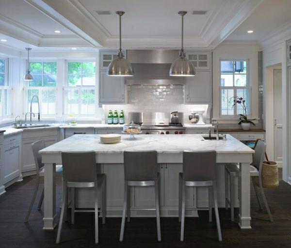 küche-mit-insel-in-weiß-und-eingebautem-spülbecken