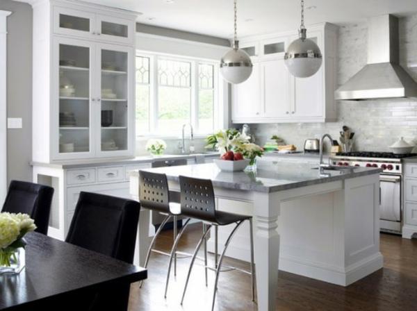 küche-mit-insel-in-weiß