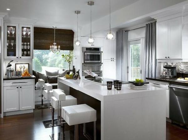 küche-mit-insel-in-weißem-luxus