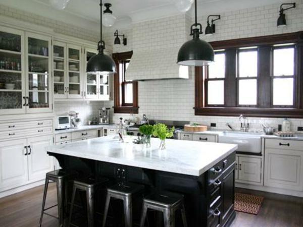küche-mit-insel-in-weißem-marmor-und-schwarz