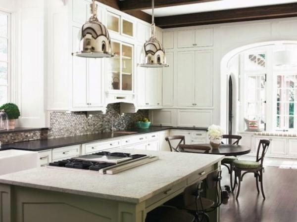 küche-mit-insel-mit-eingebauter-kochplatte